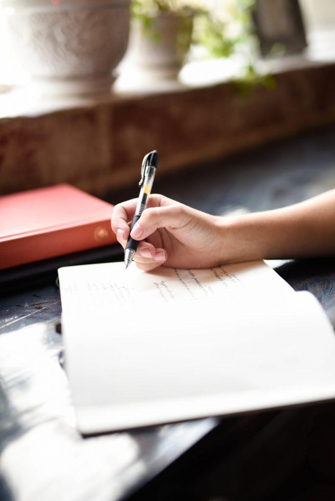 Prise de notes dans un journal de bord