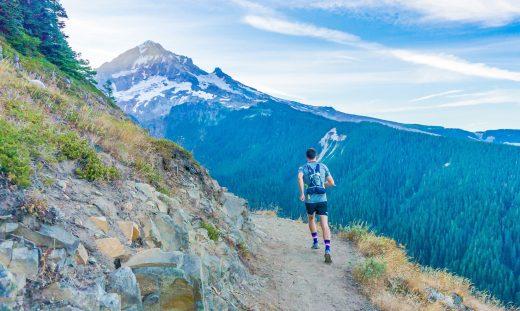 Homme qui fait du trail en montagne