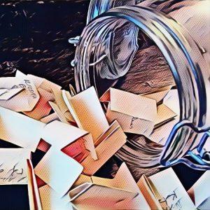 bocal ouvert avec papiers