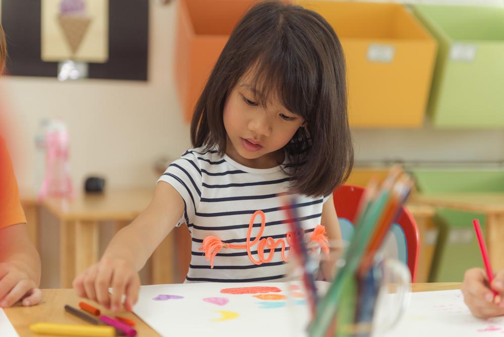 petite fille qui dessine