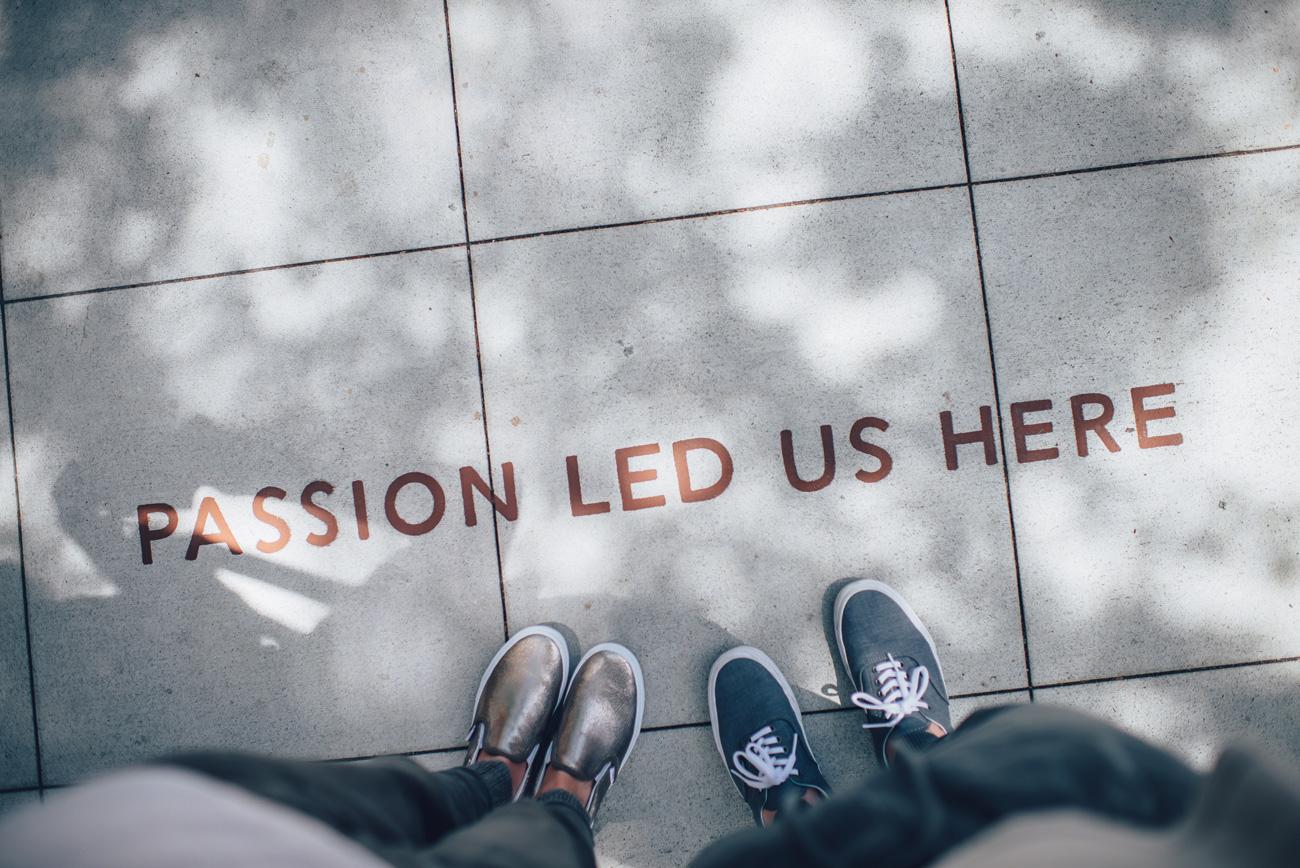"""Message écrit au sol """"Passion led us here"""""""