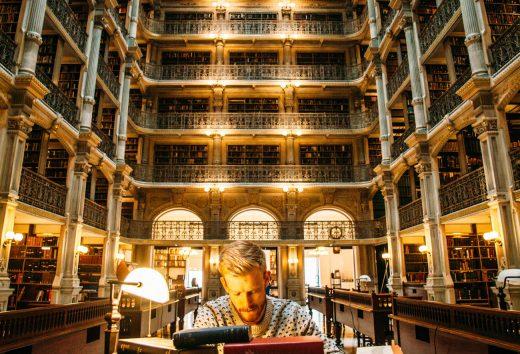 Homme qui fait des recherches dans une bibliothèque