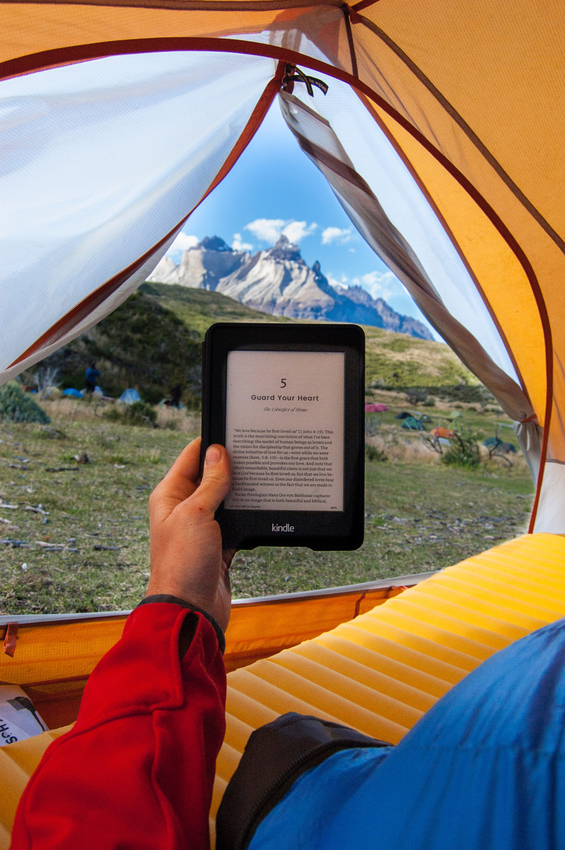 Liseuse dans une tente à la montagne