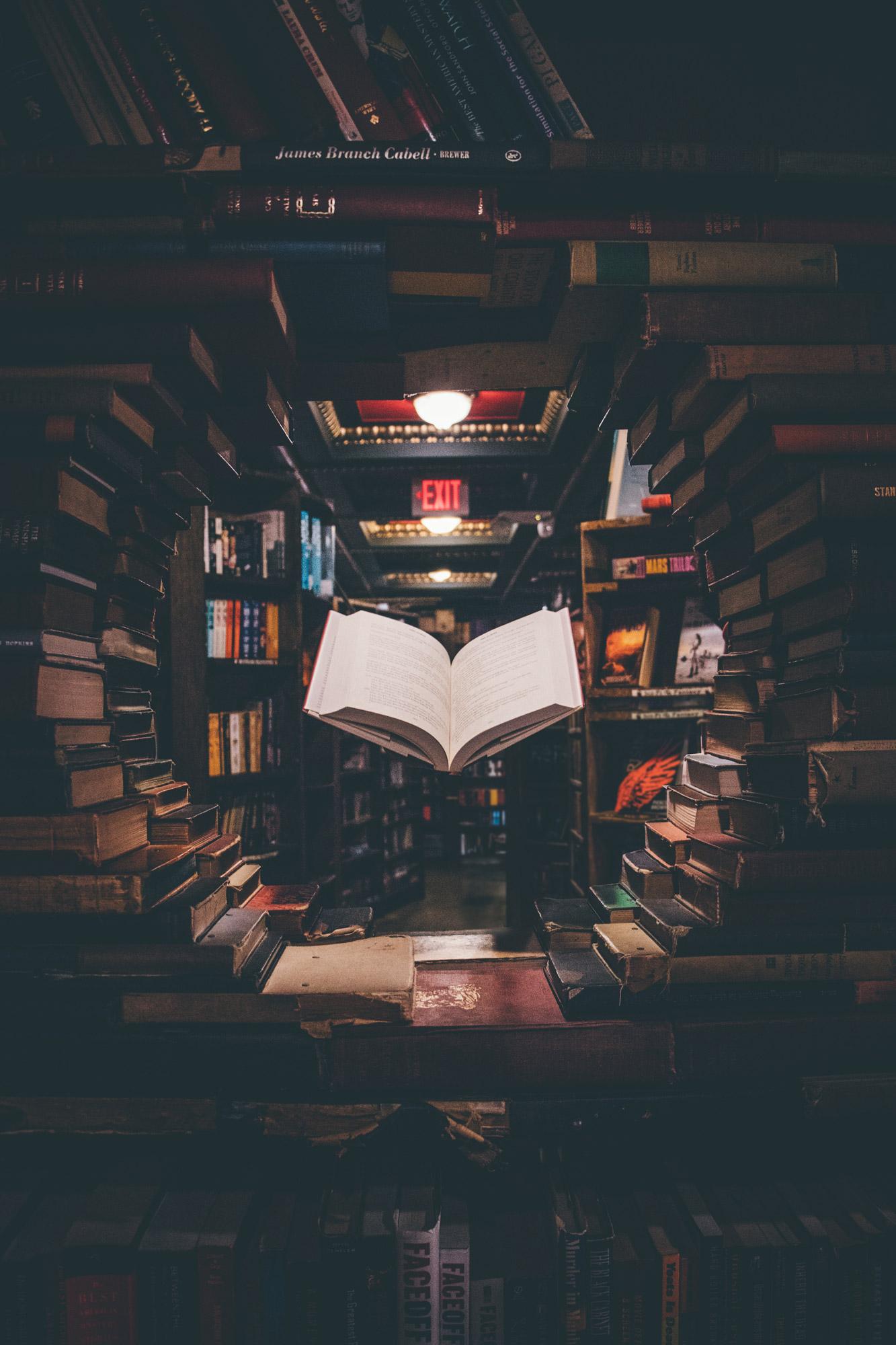 Livre en lévitation dans une bibliothèque