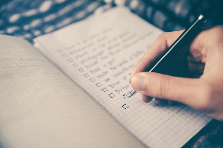 Personne écrivant une liste de choses à faire