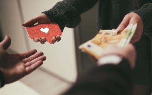 Échange argent carte avec cœur