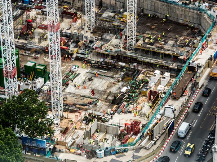 De nombreux ouvrier sur un site de construction