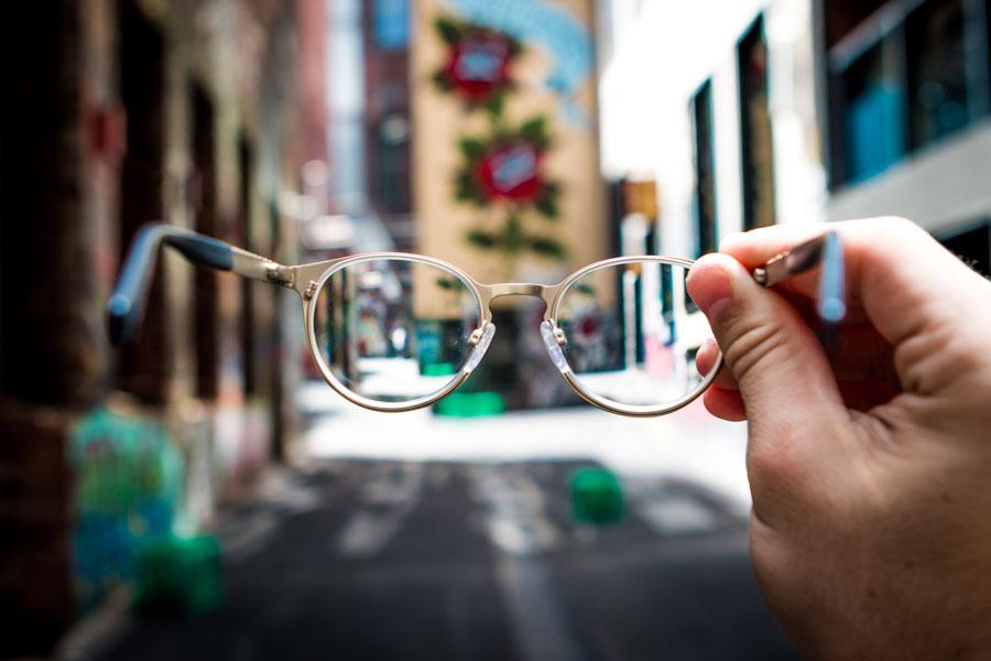 Vue à travers des lunettes