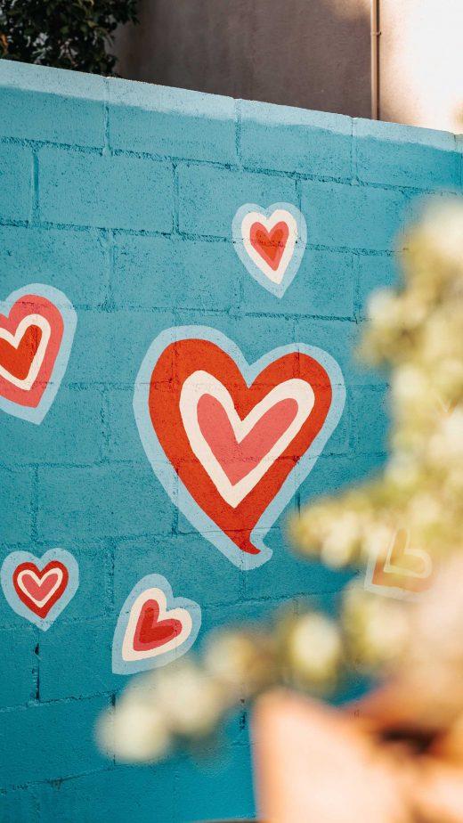 Mur bleu avec des cœurs