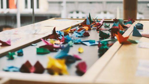 Papiers et origami sur une grande table de travail