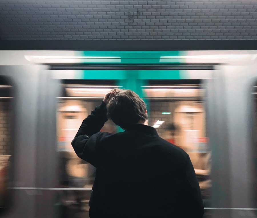 Personne attendant le métro