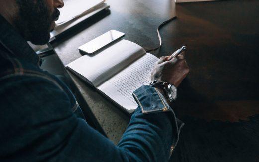 Homme écrivant dans un carnet
