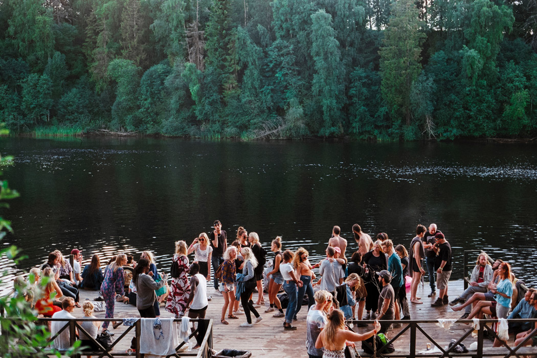 Groupe de gens au bord d'un lac