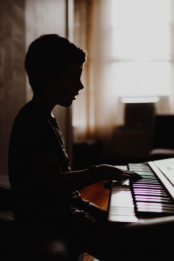 Enfant qui pratique au piano