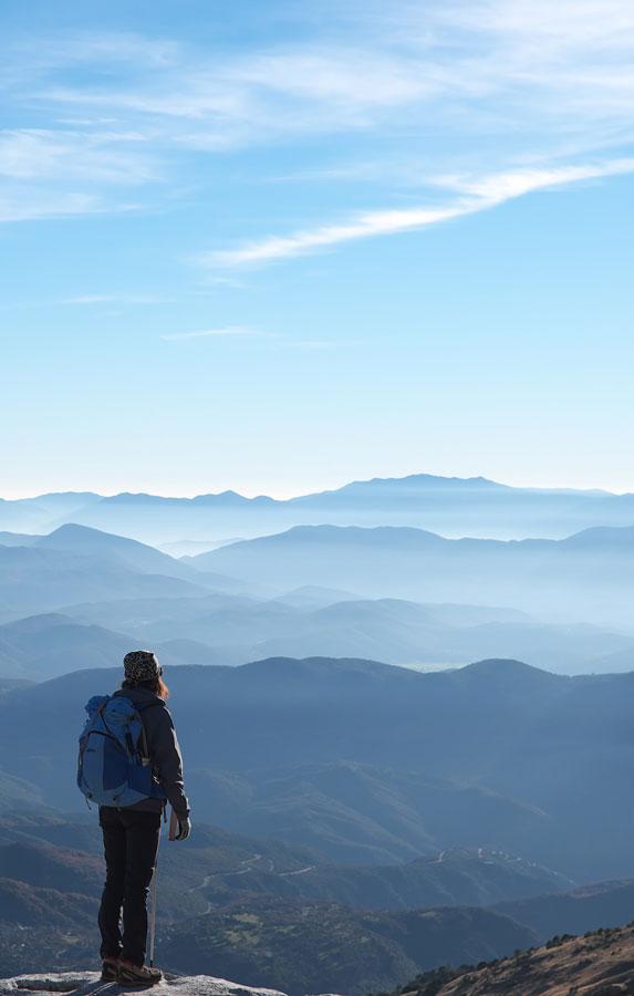 Randonneuse qui observe un paysage montagneux