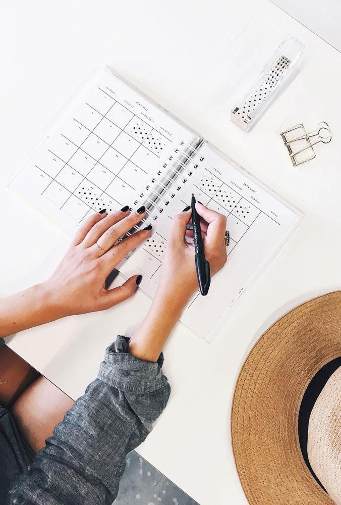 Femme qui planifie dans un agenda
