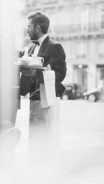 Photo d'un serveur en noir et blanc