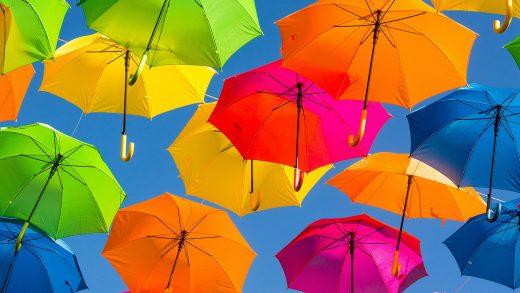 Parapluies multicolores accrochés en hauteur