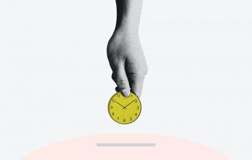 Main qui place une horloge dans une tirelire