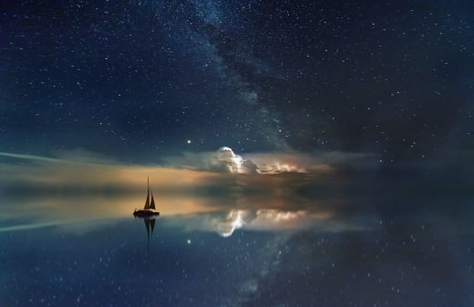 Voilier sur l'eau au crépuscule