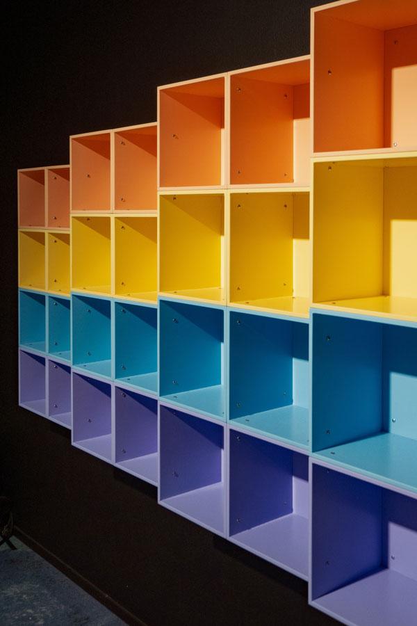 Boîtes en bois de couleur superposées