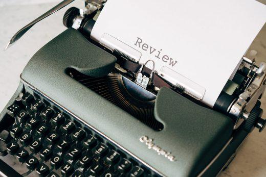 """Machine à écrire avec une feuille affichant le mot """"Review"""""""