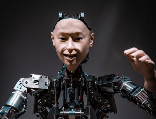Robot avec visage humain