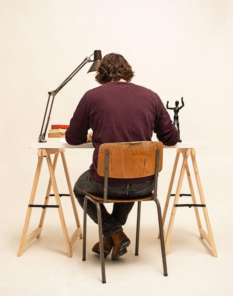 Personne travaillant à un bureau simple en bois