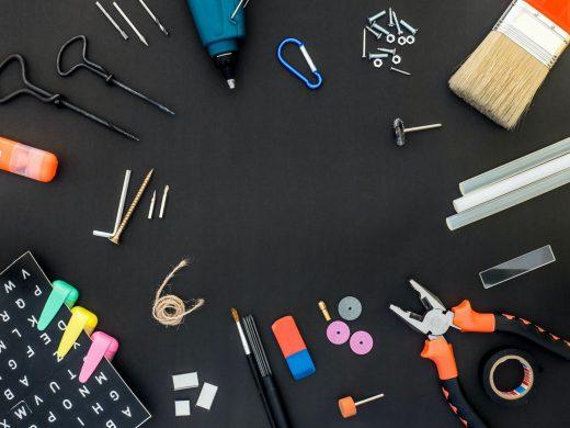 Outils et fournitures de bureau sur fond noir
