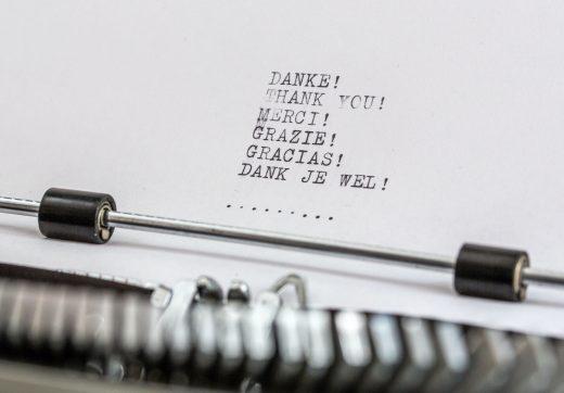 Merci écrit à la machine à écrire en plusieurs langues