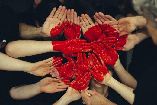 Cœur dessiné sur de nombreuses mains jointes