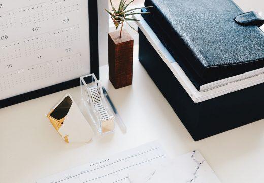 Bureau rangé avec plante et agenda