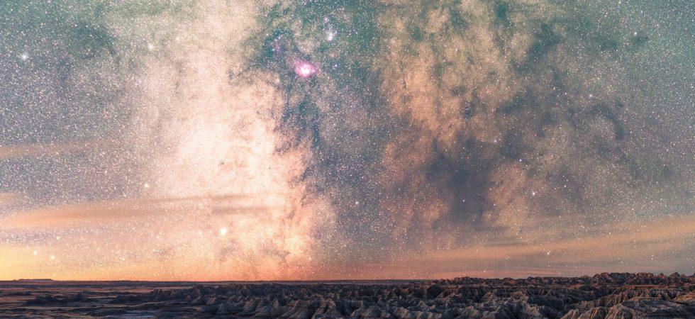 Ciel de nuit étoilé et coloré au-dessus des montagnes du Dakota du Sud